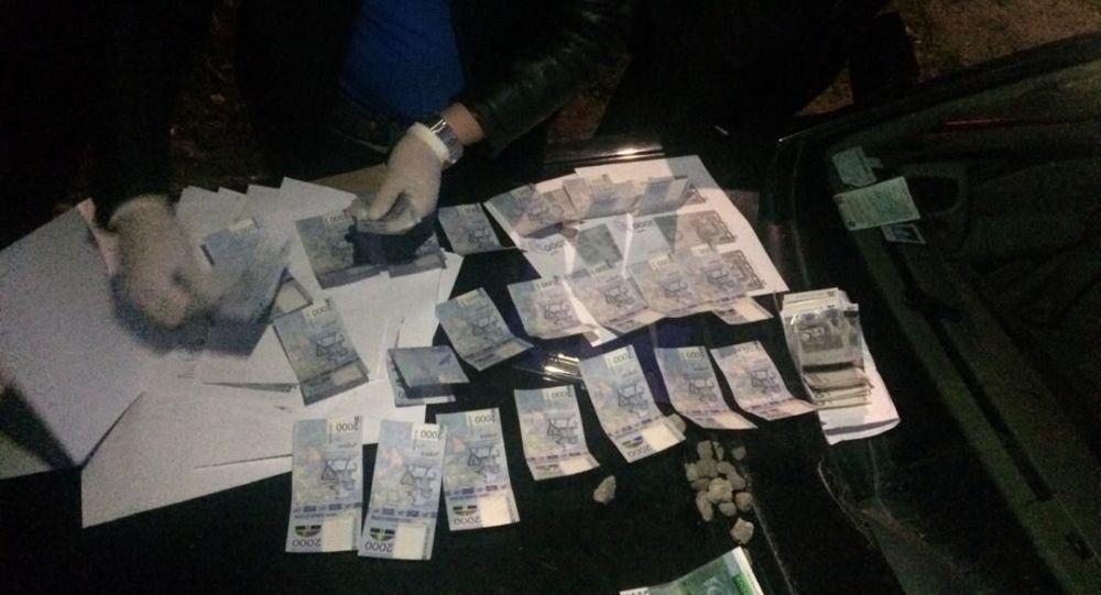 Ысык-Көл облусунда прокурордун жардамчысы ири өлчөмдө пара алып жатып кармалды