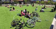 На кадрах видно, что в парке отдыхает много людей, при этом риск заражения коронавирусом минимальный.