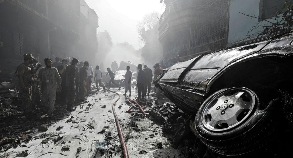 Карачи шаарында кулаган учактын орду