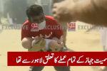 На месте крушения Airbus A320 в Пакистане найден живой ребенок. На записи видно, как мужчина выносит младенца из района падения самолета.