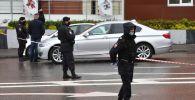 Сотрудники полиции в оцеплении у отделения Альфа-банка в центре Москвы