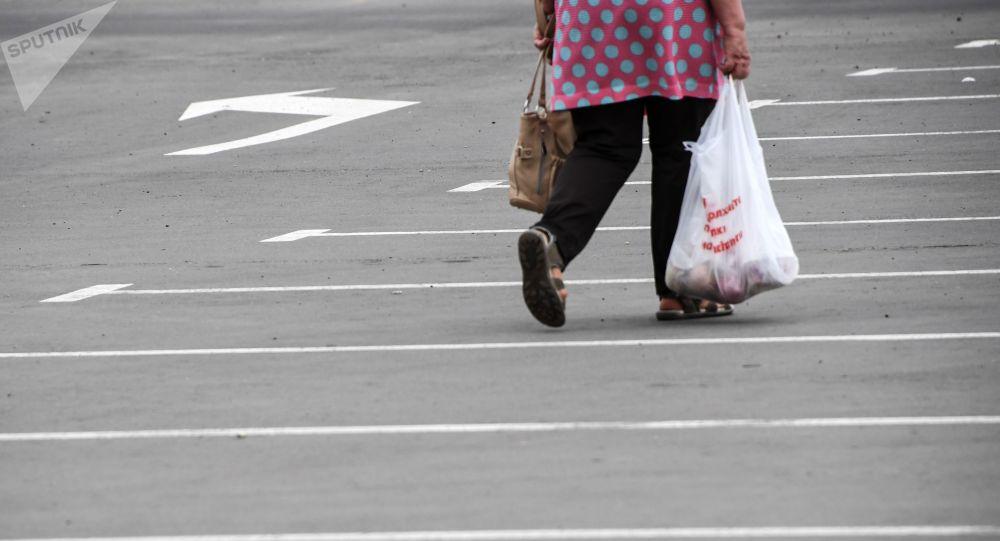 Женщина с пакетом. Архивное фото