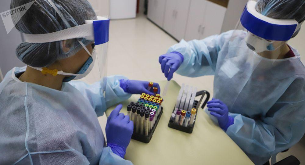 Медицинские работники проводят анализ на наличие антител к вирусу SARS-CoV-2. Архивное фото