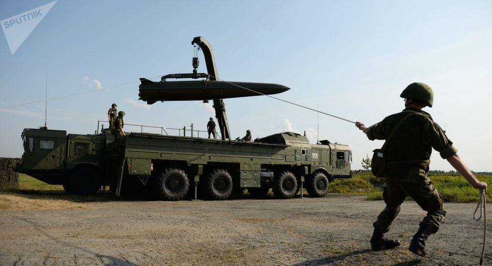 Демонстрациялар учурунда оперативдик-тактикалык ракета тутумун жайгаштыруу. Архив