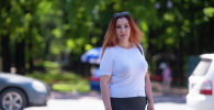 Волонтер, антикризисный менеджер на торговых предприятиях Виктория Победа возле картинной галереи у бульвара Эркиндик