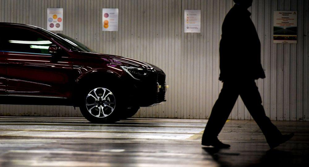 Человек выходит из подземной парковки. Архивное фото