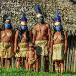 Коренные жители Уитото из Колумбии позируют в лицевых масках на фоне опасений, связанных с коронавирусом COVID-19, в Летисии, департамент Амазонас, Колумбия, 20 мая 2020 года.