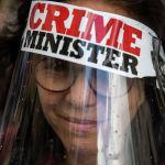 Протестующая против премьер-министра Израиля Биньямина Нетаньяху в защитной маске во время акции протеста перед его резиденцией в Иерусалиме, 24 мая 2020 года. Сотни протестующих, назвавших его «министром преступности», провели демонстрации возле его официальной резиденции, в то время как сотни сторонников, в том числе ведущие члены его партии Ликуд собрались в его поддержку в здании суда. Нетаньяху обвиняют в мошенничестве, злоупотреблении доверием и получении взяток.