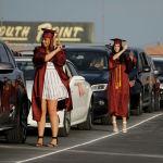 Выпускники ставят свои кисточки от академических шапочек рядом со своими автомобилями во время авто-выпускного школы лютеранской средней школы Faith на автостраде в Лас-Вегасе, в пятницу, 22 мая 2020 года, в Лас-Вегасе. Школа провела специальный авто-выпускной на фоне пандемии коронавируса.