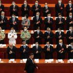 Делегаты аплодируют президенту Китая Си Цзиньпину, когда он прибывает на открытое заседание Национального народного конгресса Китая в Большой зал народа в Пекине, Пятница, 22 мая 2020 года.
