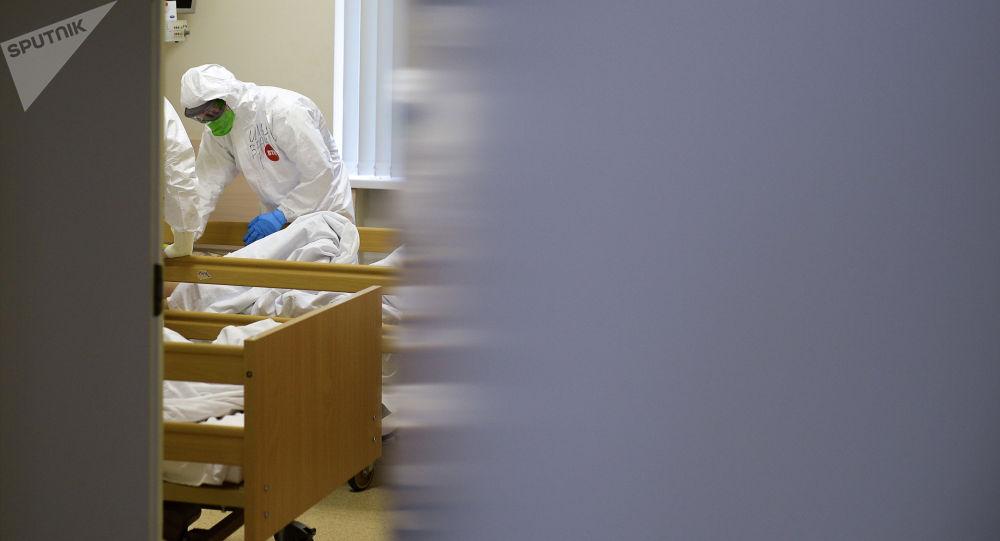 Врач в палате пациента во время обхода пациентов. Архивное фото