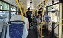 Пассажиры едут в троллейбусе в первый день работы общественного транспорта в Бишкеке после чрезвычайного положения