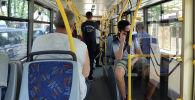 Пассажиры едут в троллейбусе. Архивное фото