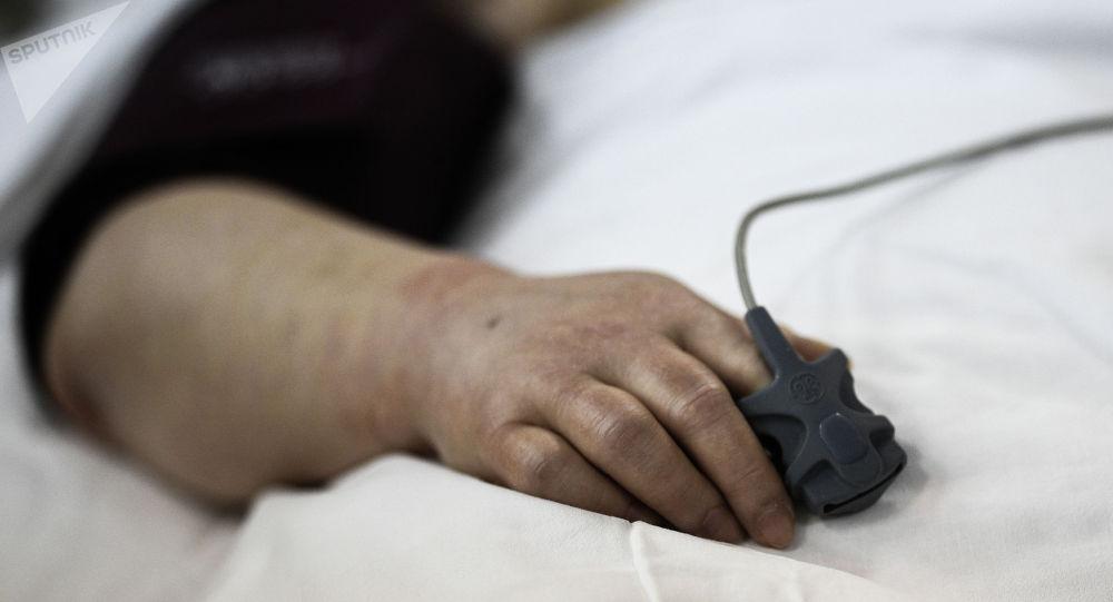 Пациент в больнице, где проходят лечение больные с COVID-19. Архивное фото