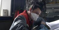 Рабочий в цехе. Архивное фото