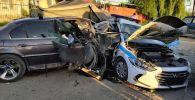 Последствия ДТП, в котором машина марки BMW врезалась в ограждение блокпоста в Алматы