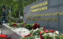 Памятник Герою Советского Союза Чолпонбаю Тулебердиеву в одноименном парке в городе Бишкек. Архивное фото