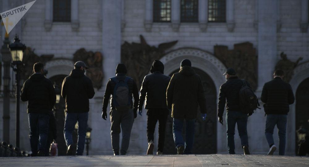 Москвадагы көчөнүн биринде бараткан адамдар. Архивдик сүрөт