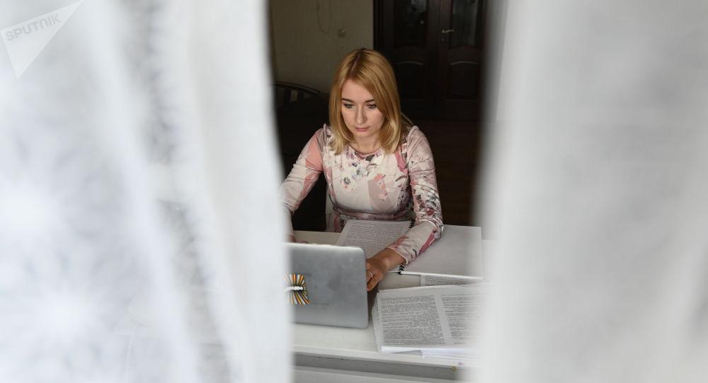 Женщина на удаленной работе у себя дома. Архивное фото