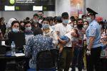 Граждане Узбекистана в аэропорту Толмачево оформляют билеты и проходят регистрацию на вывозной рейс в Ташкент. Планируется, что 23 мая рейсом Uzbekistan Airways из Новосибирска будет вывезено 270 человек (в том числе 6 детей).