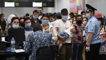 Граждане Узбекистана в аэропорту Толмачево оформляют билеты и проходят регистрацию на вывозной рейс в Ташкент. Архивное фото