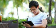 Мужчина общается через видеозвонок на планшете. Иллюстративное фото