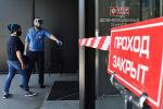 Охранник и посетитель в медицинских масках у входа в торговый центр в Бишкеке. Архивное фото