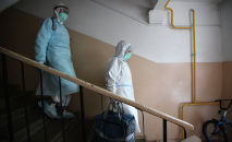 Медицинские работники во время визита к пациентам, контактировавшим с заболевшими коронавирусом