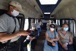 Пассажиры в маршрутке в медицинских масках после ослабления карантинных мер в Бишкеке. Архивное фото