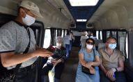 Пассажиры в маршрутке в медицинских масках после ослабления карантинных мер в Бишкеке. 25 мая 2020 года
