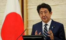 Премьер-министр Японии Синдзо Абэ выступает на пресс-конференции в Токио 25 мая 2020 года