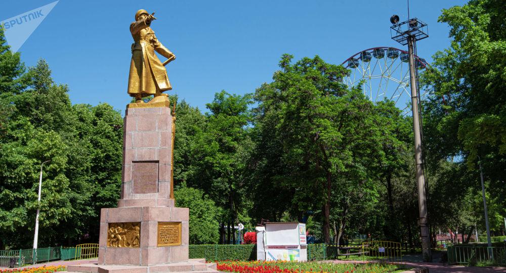 Памятник Герою Советского Союза, Военкому Киргизской ССР генерал-майору И. В. Панфилову в одноименном парке культуры и отдыха в Бишкеке. Архивное фото