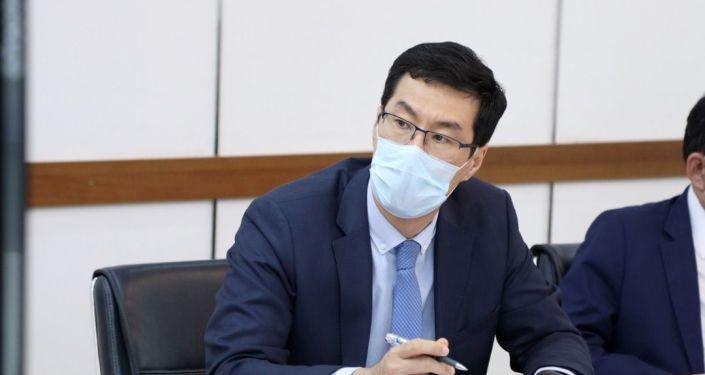 Сотрудник МИД смотрит заседание Совета министров иностранных дел ОДКБ в режиме видеоконференцсвязи