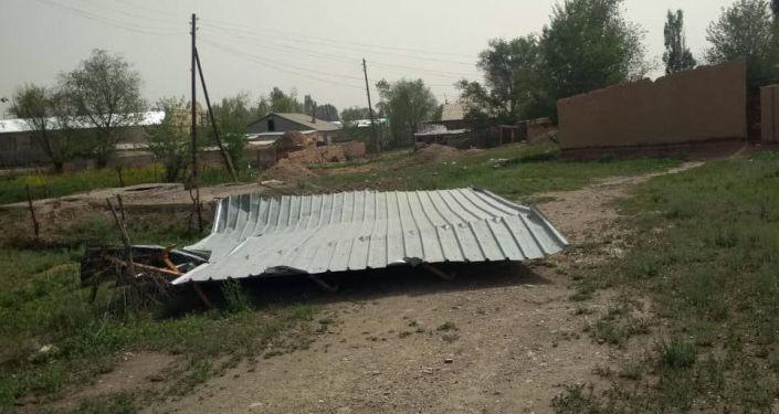 Снесенная крыша после шквалистого ветра одном из районов Нарынской области