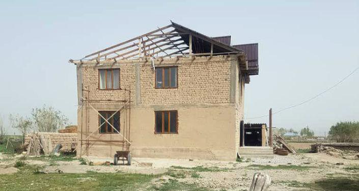 Снесенная крыша дома после шквалистого ветра одном из районов Нарынской области