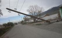 Накренившийся столб после шквалистого ветра одном из районов Нарынской области