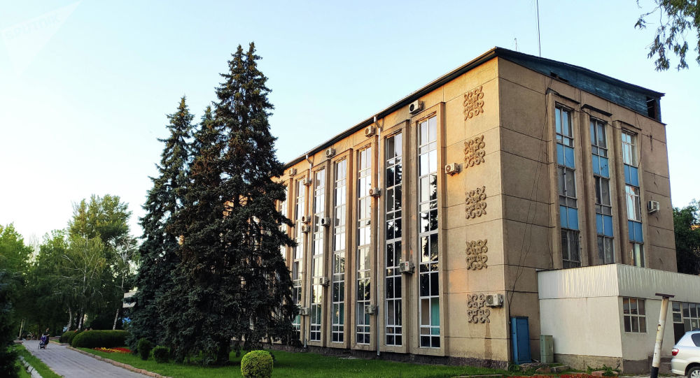 Вид на здание Октябрьского акимиата Бишкека