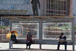 Бишкектеги аялдамалардын биринде күтүп отурган жүргүнчүлөр. Архивдик сүрөт