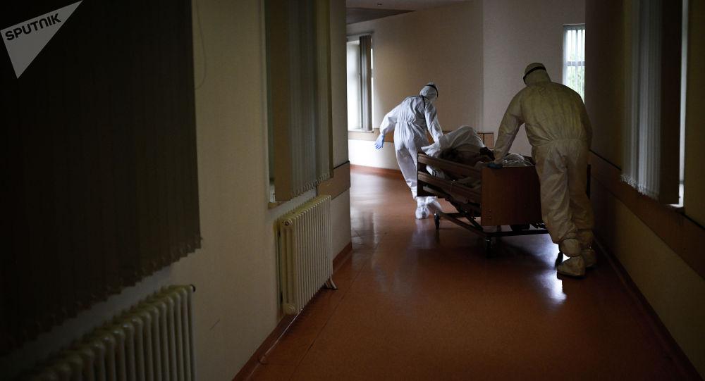 Медработники везут пациента в реанимационное отделение. Архивнео фото