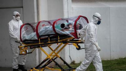 Парамедики Красного Креста перевозят пациента, подозреваемого на заражение новым коронавирусом.