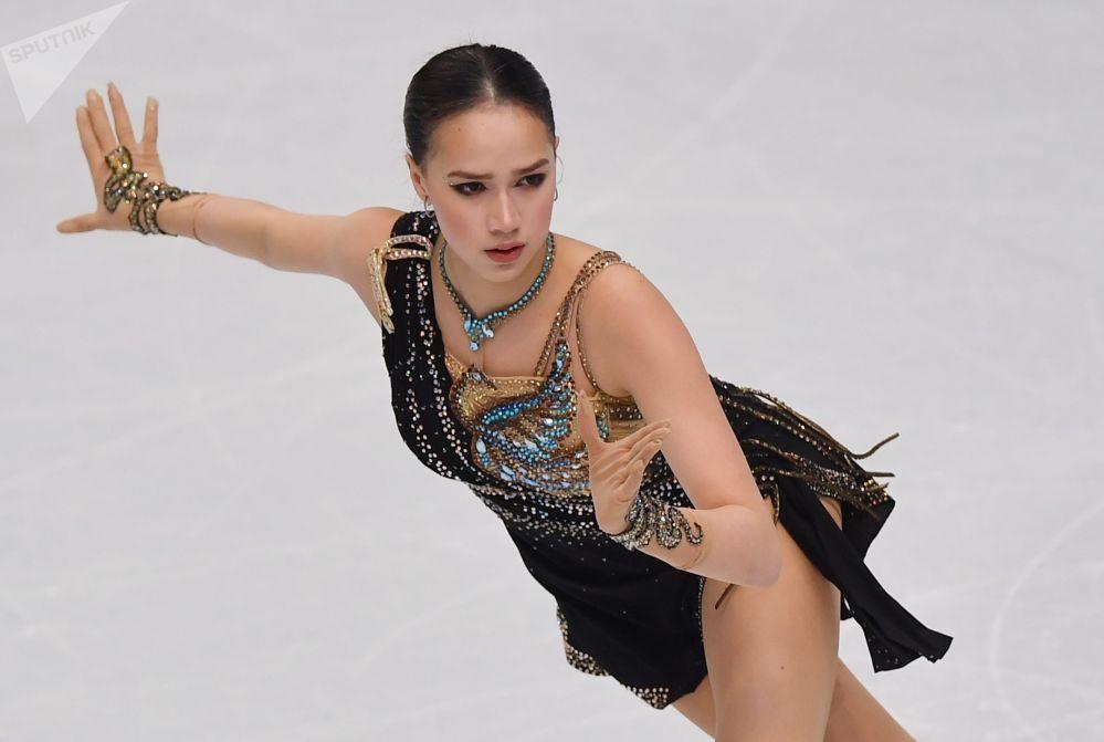 Алина Загитова (Россия) выступает в произвольной программе женского одиночного катания в финале Гран-при по фигурному катанию в Турине