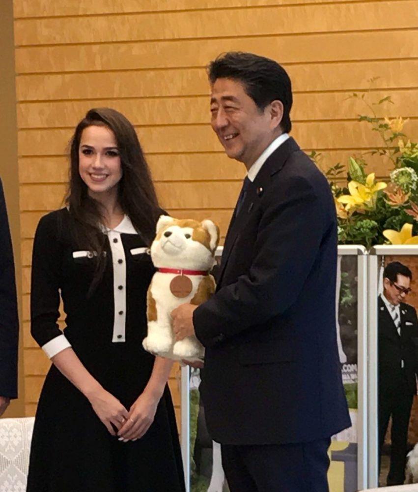 После победы на Олимпийских играх Загитова стала знаменитой в Японии, где получила в подарок щенка породы акита-ину.  На фото: Ализа Загитова и премьер-министр Японии Синдзо Абэ.