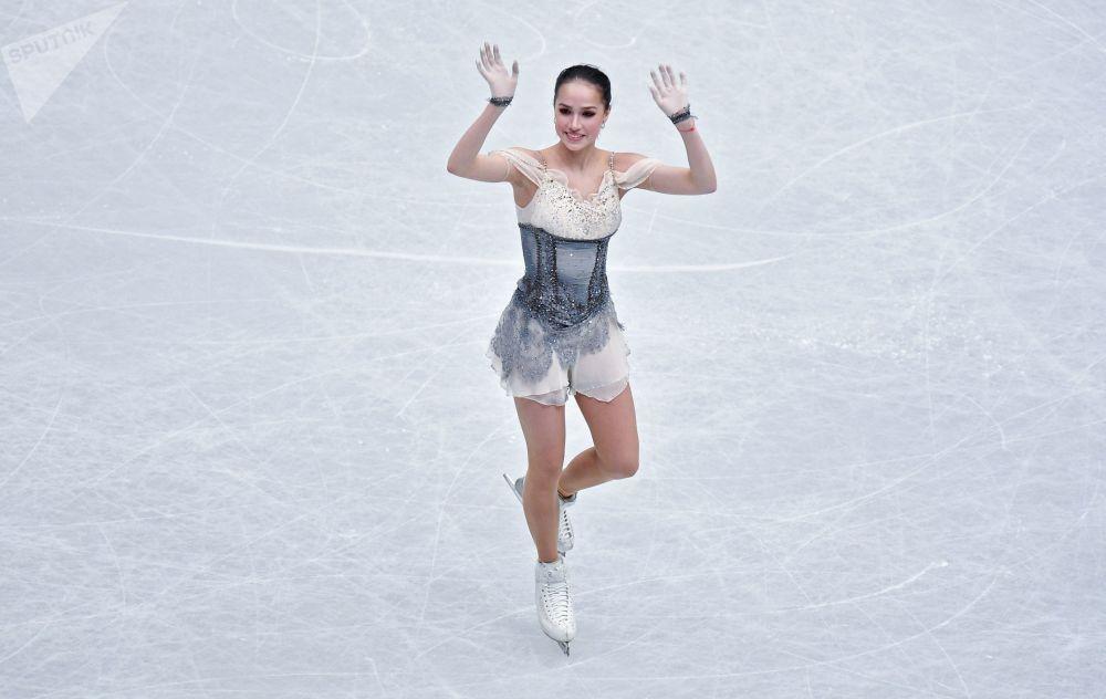 Фигуристка Алина Загитова во время выступления в короткой программе женского одиночного катания на чемпионате мира по фигурному катанию в Сайтаме