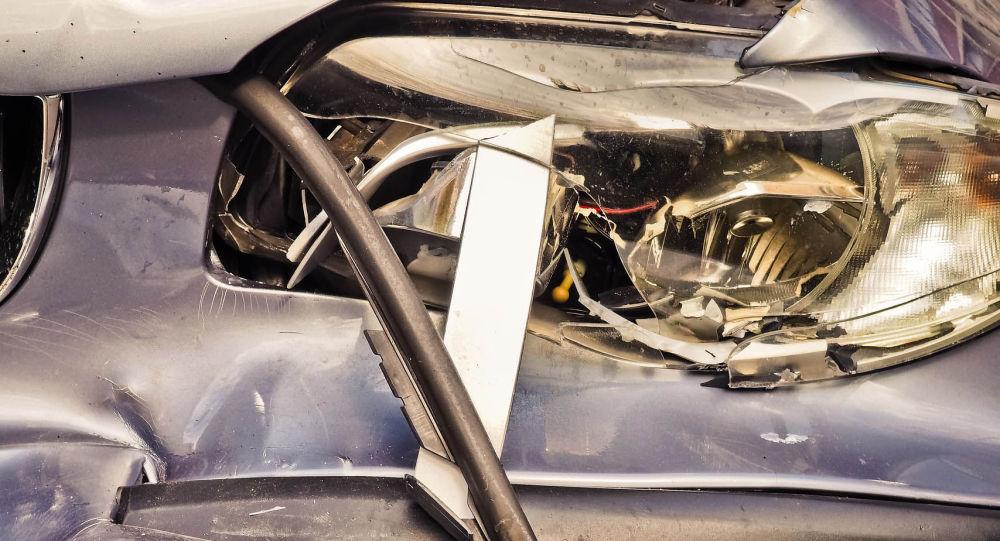 Разбитая фара и бампер автомобиля после ДТП. Иллюстративное фото