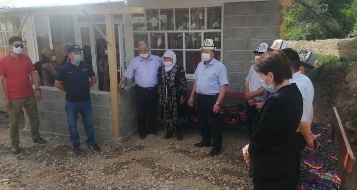 Жители села Кызыл-Булак Кадамжайского района Баткенской области построили дом для одноклассника с ограниченными возможностями.