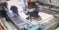 В Бразилии немой инвалид-колясочник попытался ограбить ювелирный магазин с помощью игрушечного пистолета. Случившееся попало на камеру наружного наблюдения.