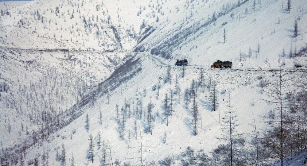 Грузовые машины на перевале. Архивное фото