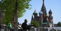 Мужчина на Красной площади в Москве. Архивное фото