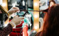 Работа парикмахера в студии красоты. Архивное фото