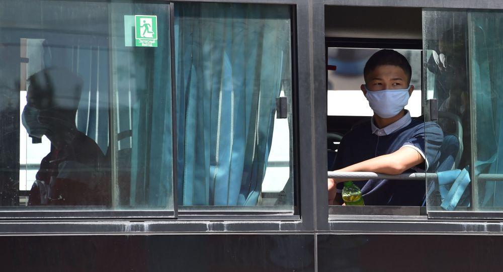 Пассажир в автобусе после ослабления карантинных мер в Бишкеке